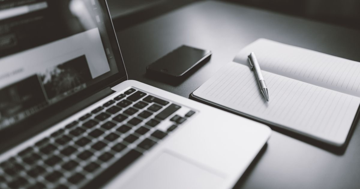 Scrivania-blogger-con-notebook